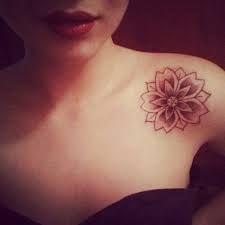 Resultado de imagem para tatuagem feminina ombro frente