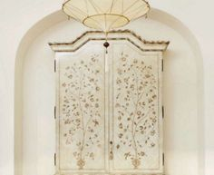 Arched recess in wall for pottery/handbag/book display, pointed shape with Moorish influence. Lantern is nice.