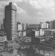 Praça Tiradentes 1955 Hotel Eduardo VII ao lado o estacionamento onde hoje é o Banco do Brasil e Tecidos Urca.