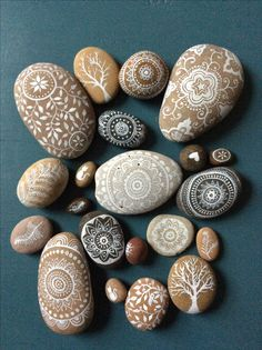 Painted pebbles The Effective Pictures We Offer You About natural stone A quality picture can tell you many things. You can find the most beautiful pictures that can be presented to you about stone pe Pebble Painting, Pebble Art, Stone Painting, Diy Painting, Stone Crafts, Rock Crafts, Arts And Crafts, Rock Painting Patterns, Rock Painting Designs