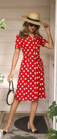 What to wear on Memorial Day // bright red short sleeve polka dot mini dress with waist tie, tan s. Polka Dot Mini Dresses, Polka Dot Outfit, Polka Dots, Polka Dot Fashion, Poka Dot Dress, Outfit Chic, Shorts Longs, Vestido Casual, Nyc Fashion