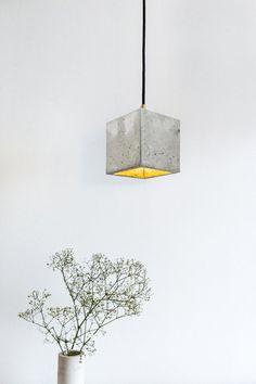 Beton Lampe Hängelampe Design Leuchte [B1] GANT(by Stefan Gant [GANT lights]) [B1]Die kubische Hängelampe [B1] wird aus einem hellgrauen Beton gegossen. Sie vereint edles Gold mit rauem Beton zu einer zeitlosen und eleganten Designerleuc