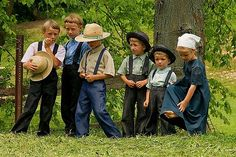 Ohio Amish children (look at how cute they are! Amish Country Ohio, Amish Family, Amische Quilts, Holmes County, Amish Culture, Amish Community, Ontario, We Are The World, Simple Living