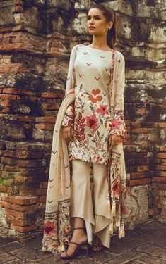 Indian fashion has changed with each passing era. The Indian fashion industry is rising by leaps and bounds, and every month one witnesses some new trend o Pakistani Couture, Indian Couture, Pakistani Outfits, Indian Outfits, Casual Dresses, Fashion Dresses, Fashion 2017, Look Short, Desi Wear