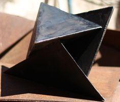 Gilberto Lustosa  Sólido em chapa de aço(sac 300), 36 x 36 x 43 cm, 2016