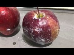 Ponořte jablka do horké vody.
