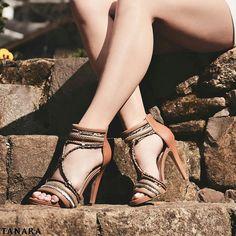 Sandália com salto fino e meia pata. Trazendo um clima rústico moderno suas multi tiras em estampa de cobra chamam atenção  Ref. N7743