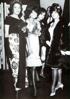 Diana Ross & Florence Ballard (center)