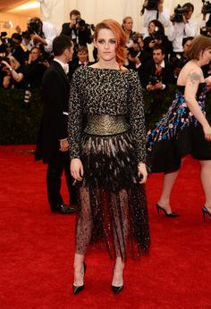 Kristen Stewart en robe Chanel de la collection haute couture printemps-été 2014 http://www.vogue.fr/sorties/on-y-etait/diaporama/le-gala-du-met-costume-institute-2014/18624/image/998016#!kristen-stewart-en-robe-chanel-de-la-collection-haute-couture-printemps-ete-2014