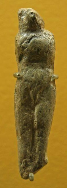 10. Grupo pirenaico-Aquitano La venus de pechialet de unost 60 mm, ha sido esculpida sobre un hueso compacto que parece podía haber estado fosilizado cuando se utilizó. Falta la cabeza pero se conserva el cuello. El cuerpo es de proporciones normales , senos ausentes y piernas de proporciones normales. #venus #pechialet