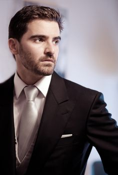 Elegante novio con traje negro y chaleco y corbata gris claro {por, Ramón Garher} #novio #groom #tendenciasdebodas