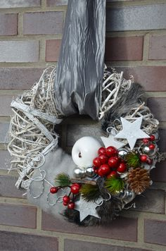 "Türkranz ""Weihnachten"" – Stil: elegant – Farben: rot-weiß, silber – Schleifen … Door wreath ""Christmas"" – Style: elegant – Colors: red-white, silver – bows and various decorative materials The diameter of the wreath cm Christmas Advent Wreath, Xmas Wreaths, Xmas Tree, Door Wreaths, Christmas Crafts, Christmas Decorations, Holiday Decor, Classy Christmas, Christmas Colors"