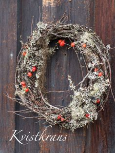Wreath made with birch branches, lichen and rose hips for that Christmas color. DIY video (in norwegian) on site.