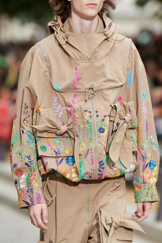 The complete Louis Vuitton Spring 2020 Menswear fashion show now on Vogue Runway. Fashion 2020, Runway Fashion, Mens Fashion, Fashion Trends, Fashion Styles, Louis Vuitton, Fashion Details, Fashion Design, Moda Emo