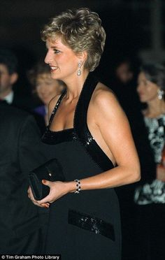 NOVEMBER 1994 At Versailles, Diana looked every inch a royal in a Catherine Walker black halter dress paired with teardrop diamond earrings. Princess Diana Fashion, Princess Diana Family, Princess Diana Pictures, Princes Diana, Princess Of Wales, Princess Diana Hair, Lady Diana Spencer, Windsor, Catherine Walker