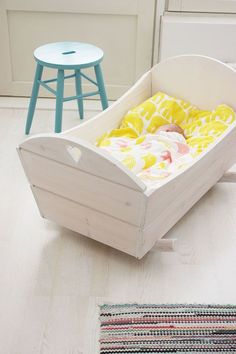 Baby room design – cradle instructions and 40 great ideas Wooden Pallet Furniture, Kids Furniture, Baby Design, Baby Basinets, Diy Baby, Baby Craddle, Baby Cradle Wooden, Baby Doll Bed, Baby Hammock