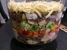 Sałatka Big Mac Rewelacyjna sałatka, która z pewnością stanie się hitem każdej imprezy. Jest bardzo efektowna i mega smaczna, wyglądem przypomina popularnego hamburgera. Idealna na spotkanie z przyjaciółmi, domową imprezkę czy nawet zwykłą kolacje w rodzinnym gronie. Polecam! Składniki: 0,5kg mielonego mięsa wołowego 4 duże bułki hamburgerowe ( mogą być kupne lub domowe, ja upiekłam … Big Mac, Polish Recipes, Salad Recipes, Hamburger, Food Porn, Food And Drink, Menu, Snacks, Dinner