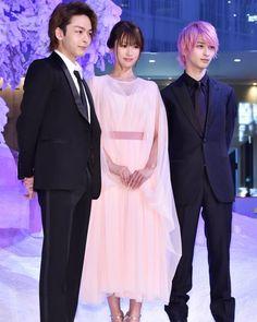画像に含まれている可能性があるもの:3人、立ってる(複数の人)、スーツ Asian Men Hairstyle, Yokohama, Actors & Actresses, Kdrama, Pink, Beauty, Japanese Drama, Pink Hair, Beauty Illustration