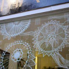 Illustrations on a window Window Markers, Posca, Store Window Displays, Window Graphics, Doodle Designs, Window Art, Chalkboard Art, Chalk Art, Christmas Inspiration