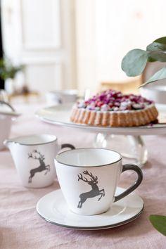 Zeit für eine Kaffeepause mit dem Design Grauer Hirsch #handgefertigt #handmade #pottery #tableware #deko #interior #inspo #madeinaustria #craftmanship Mugs, Tableware, Design, Coffee Break, Handmade, Deco, Dinnerware, Tumblers, Tablewares