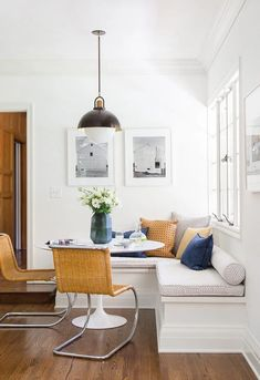 Get here cute & cozy breakfast nook ideas for your home, which are comfortable, approachable, conducive in your house & incredibly perfect way to make the most of extra space in your decoration. Farmhouse Style Kitchen, Modern Farmhouse Kitchens, Farmhouse Table, Dining Nook, Dining Room Design, Dining Table, Dining Room Lamps, Decorative Floor Lamps, Room Lights