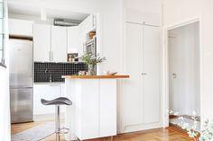 """Une petite cuisine qui intègre tout, même un plan bar ! Avec son plan en """"U"""", elle maximise les rangements. Une petite cuisine Ikea bien jolie et fonctionnelle !"""
