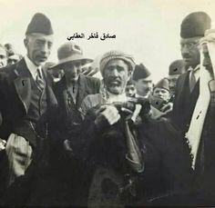 صورة يظهر فيها كل من اليمين الملك علي ورشيد عالي الكيلاني وتحسين قدري والمسس بيل و الملك فيصل الاول