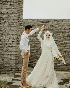 Görüntünün olası içeriği: 2 kişi, ayakta duran ins Muslim Wedding Gown, Muslimah Wedding Dress, Muslim Wedding Dresses, Wedding Hijab, Wedding Gowns, Bridal Hijab, Gothic Wedding, Mode Hijab, Wedding Photoshoot