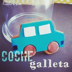 Galleta con forma de coche, sabor vainilla y decorada de fondant.
