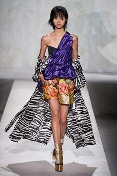 Dries Van Noten Spring 2020 Ready-to-Wear Fashion Show - Vogue Fashion Week, Fashion 2020, Runway Fashion, Fashion Show, Fashion Outfits, Paris Fashion, Women's Fashion, Vogue Paris, Dries Van Noten