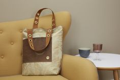 delor braun ist eine wunderschöne Komposition aus schimmernder Seide und handgegerbtem Leder.
