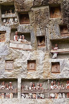 the small square holes are for the coffins, and Tau-Tau above are symbolization of the deceased. Traditional cemetery of Lemo. Beautiful Buildings, Beautiful Places, Timor Oriental, Philippines, Backpacking Asia, Cemetery Art, Countries Of The World, Natural World, Southeast Asia