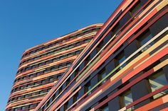 It is one of the most spectacular buildings to be erected in Hamburg in recent years. The complex of the Department of Urban Development and Environment (Behörde für Stadtentwicklung und Umwelt – BSU), designed by Sauerbruch Hutton, catches the eye even from afar with a curved and multi-coloured façade.