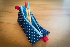 Tetraederförmiges Stiftemäppchen nach Videoanleitung von Pattydoo - verwendet wurde Jeansstoff als Aussenstoff, beschichtete Baumwolle als Innenstoff, ein Endlosreißverschluss und rotes Webband
