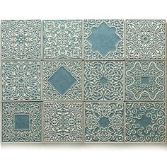 Set von 12 Keramikfliesen mit leicht konvex Ornament. Wandfliesen. Handgefertigt aus Ton, überdachte glänzende Emaille. Farbe: grau-Türkis. Sehr langlebig und funktional, Wasser, abriebfest, Reinigungsmittel und hoher Temperatur. Geeignet für jedes Interieur, Küche, Bad. Standard-Installation. Ich empfehle! Abmessungen 1 Platte: 10 cm x 10 cm x 0,7 cm (3,94 x 3,94 x 0,28 ).