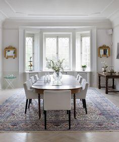 Snickerier i original, blyinfattade fönster och harmoniska proportioner – här är det nationalromantik i all sin prakt. Aha-upplevelserna kommer i form av auktionsfynd, arvegods och kraftfullt måleri.