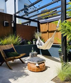 Small Garden Big Ideas, Small Garden Pergola, Small City Garden, Backyard Hammock, Small Garden Landscape, Garden Seating, Small Gardens, Backyard Landscaping, Patio Hammock Ideas