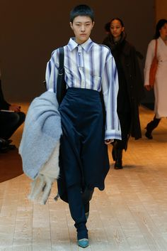 See all the Collection photos from Celine Autumn/Winter 2017 Ready-To-Wear now on British Vogue Fashion Week, Fashion 2017, Runway Fashion, Celine, Street Look, Fashion Show Collection, Vogue Paris, Mannequins, Casual Chic