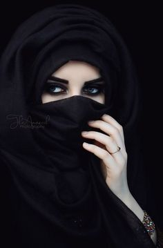 arabic girl in black niqab photos pictures styles hijab fashion beautiful women half images girlvalue photo Beautiful Muslim Women, Beautiful Hijab, Gorgeous Eyes, Niqab Eyes, Hijab Niqab, Hijab Chic, Hijabi Girl, Girl Hijab, Arabian Eyes