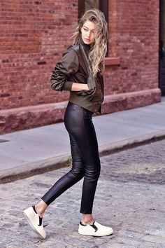 American fashion model Gigi Hadid put her model figure on display as she stepped out in Manhattan New York City wearing a casual yet… Athleisure Trend, Style Gigi Hadid, Look Blazer, Modelos Fashion, Mode Blog, Outfit Trends, Street Style, Urban Fashion, Street Fashion