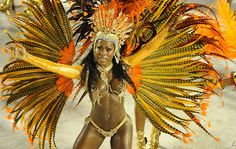 Musa da Portela dança empolgada na avenida.