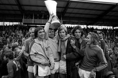 After drawing 0-0 in the first leg of the 1974/75 UEFA Cup Final, Borussia Mönchengladbach beat FC Twente 5-1 to win the Cup.  Celebrating from left to right are: Wittkamp, Danner, Heynckes, Jensen, Schäffer and Simonson.