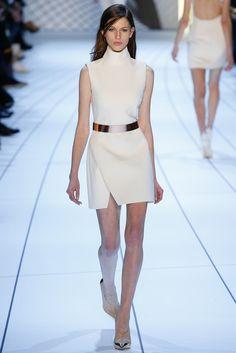 Meninas, o Branco está na moda! O Look todo branco é um dos mais modernos e usados no Street Style, incluindo looks de Inverno, mas como usar o look t...