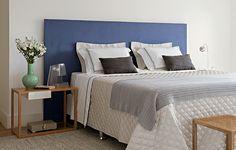 Esta cama de casal tem cabeceira revestida de tecido da Regatta Tecidos, em um projeto da arquiteta Fabiana Avanzi. A cor quebra os tons neutros do espaço, deixando-o mais leve e divertido!