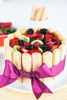 Na přelomu jara a léta už začíná být k dispozici mnoho lahodného ovoce, tak proč ho nezkombinovat se zakysanou smetanou a cukrářskými piškoty? Poradíme vám, jak na to!