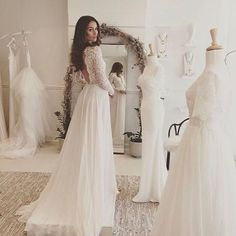Trunk show @daalarnacouture in December 2017 in exclusivity in Belgium / Unique opportunity to try on those lace beauties / A few spots left / hey brides-to-be from Belgium and around book your appointment via link in bio/trunkshow / pic from beautiful Bridal Boutique @hopexpage with stunning @lizzybarter / #laceweddinggown #daalarnabride #trunkshow #melodynelsonbridal #bridaldesigner #stunninggown #belgium #bridestobe2018