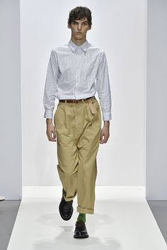 See all the Collection photos from Margaret Howell Spring/Summer 2018 Ready-To-Wear now on British Vogue Runway Fashion, High Fashion, Fashion Show, Mens Fashion, Fashion Design, Margaret Howell, Men's Wardrobe, Fashion Books, Spring Summer 2018