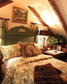 "Nídia Perez on Instagram: ""Bom final de domingo amigos.  Bons sonhos pra todos.  By pinterest."" Cottage Style Bedrooms, Style Cottage, Cottage Interiors, Cozy Cottage, Cottage Homes, Cozy House, Cozy Cabin, Country Cottage Bedroom, Country Bedroom Design"