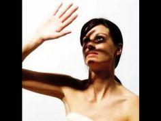 Video Wanita Ini Meleleh Terkena Sinar Matahari Seorang wanita Inggris Laura Martin Daeley menderita penyakit langka yakni kulitnya jadi ruam & terbakar serasa meleleh bila terpapar sinar matahari.,sepanjang hidupnya dia tidak boleh terkena sinar matahari hingga keluarganya menjulukinya sebagai vampir sejati.