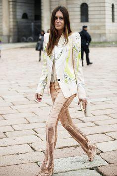 Fotos de street style en Milan Fashion Week: Gala González de Roberto Cavalli. Pantalones deconstruídos y chaquetas estampadas: así se escriben las reglas del neobarroco italiano.
